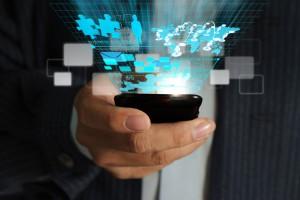 Un empresario sosteniendo un dispositivo con un software Sage